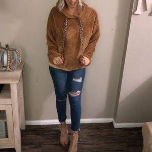 Camel bear sweater with leopard drawstrings